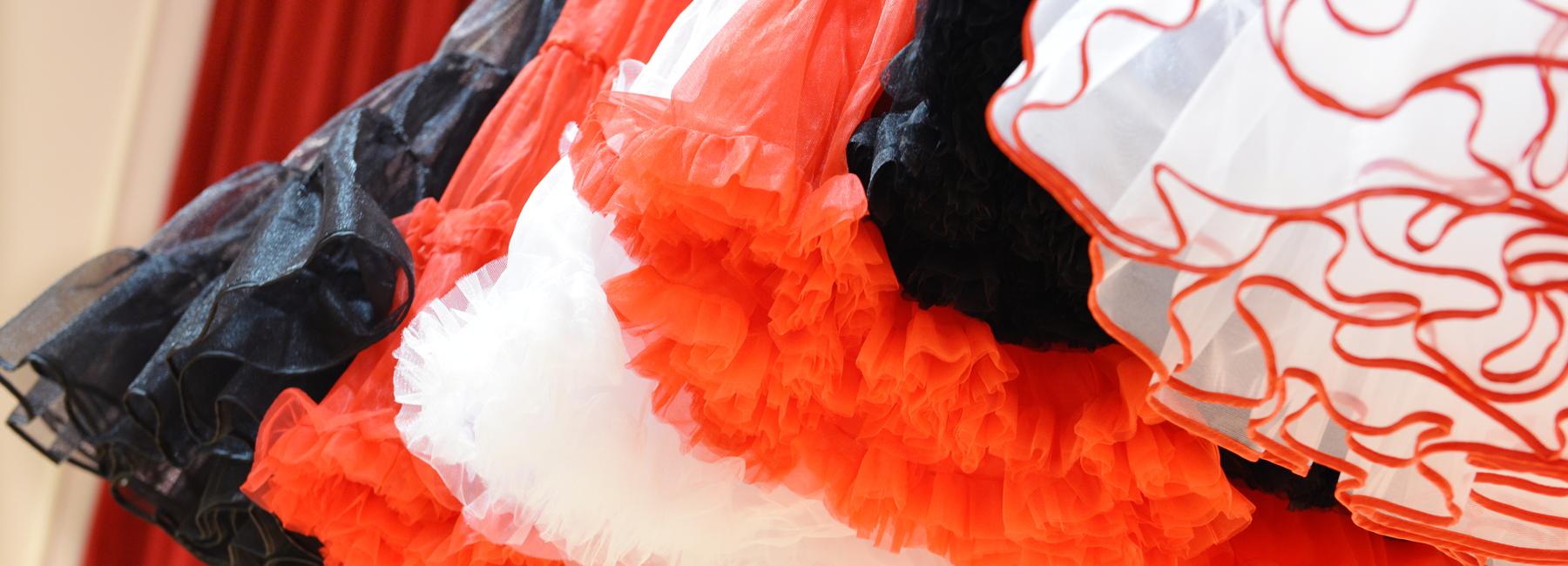 Unerlässlich für einen typischen 50er Jahre Look: Ein voller Petticoat, der Röcke und Kleider weit schwingen lässt und auf Wunsch mit einer süßen Rüsche hervorblitzt.