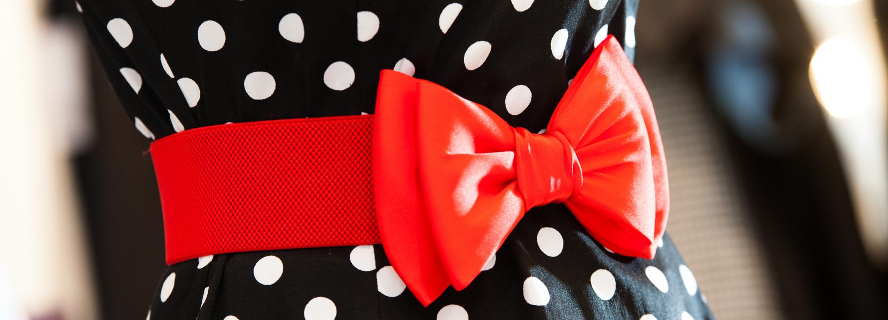 Bei Retro-Mode ist die Taille Hingucker Nr. 1. Vor allem zum Petticoatkleid sollte unbedingt ein stilechter Stretchgürtel oder Lackgürtel getragen werden. Er rückt die Taille ins rechte Licht und hält Ihr Lieblings-Outfit fest an Ort und Stelle.
