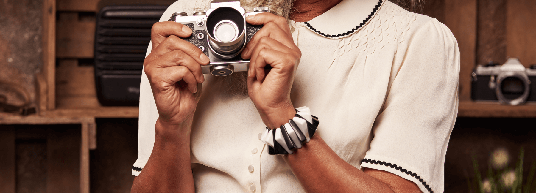 Ob schlicht fürs Büro, elegant für den Abend oder sexy im Rockabilly- oder Pinup-Style: Blusen waren schon immer ein unverzichtbarer Bestandteil gepflegter Damenmode. Und auch heute kombiniert man Rock und Hose stilecht mit einer Bluse im Vintagestil.