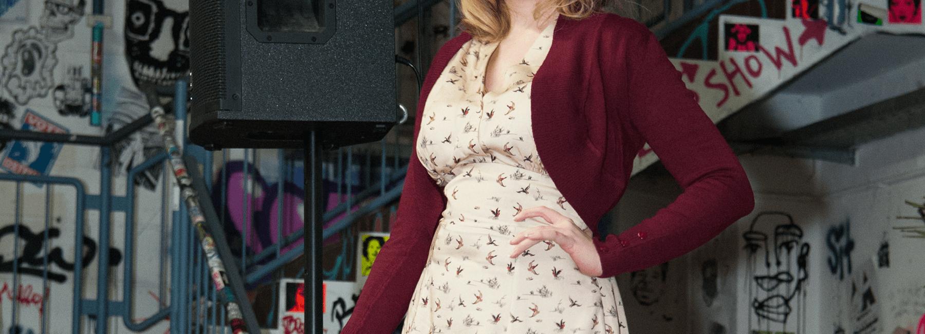 In der Kürze liegt die Würze! Das gilt auf jeden Fall für unsere Kollektion zauberhafter Vintage-Boleros. Sie begleiten originalgetreu die Petticoatkleider der 50er Jahre, aber auch das elegante Pencilkleid oder die sommerliche Caprihose.