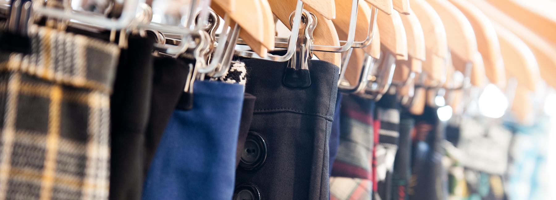 In unserem Onlineshop finden Sie eine große Auswahl an engen Röcken, weiten Röcken, Pencilröcken, Pinup-Röcken, Petticoatröcken, Tellerröcken und Swingtanz-Röcken sowie Petticoats im 50er Jahre Stil.