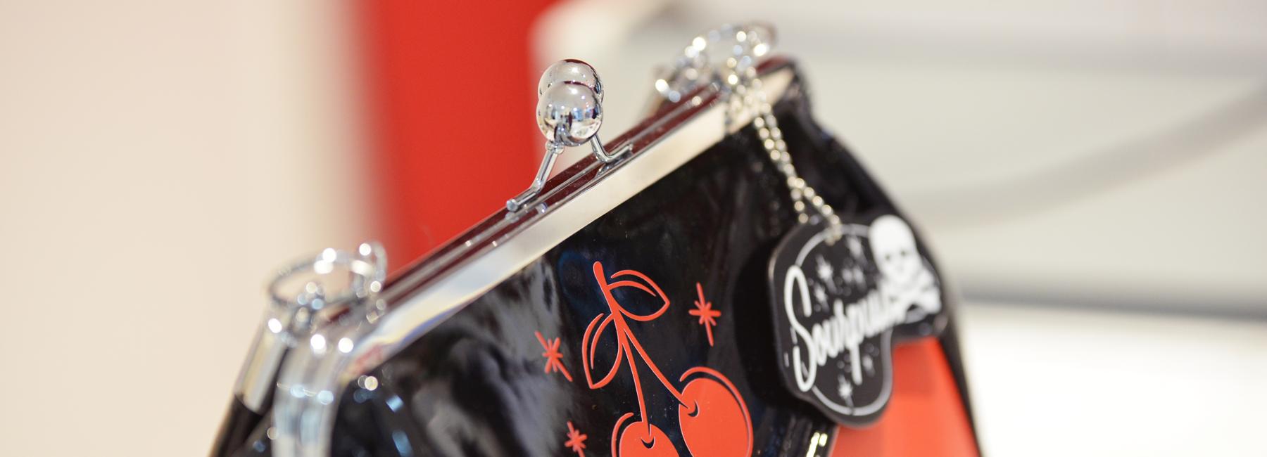 Auch eine echte Retro-Lady braucht einen Ort für Lippenstift, Oldtimerschlüssel, Geldbörse und Kaugummi. Gut, dass es bei Peggy Sue Vintage die schönsten Vintage-Handtaschen im Stil der 50er Jahre gibt!
