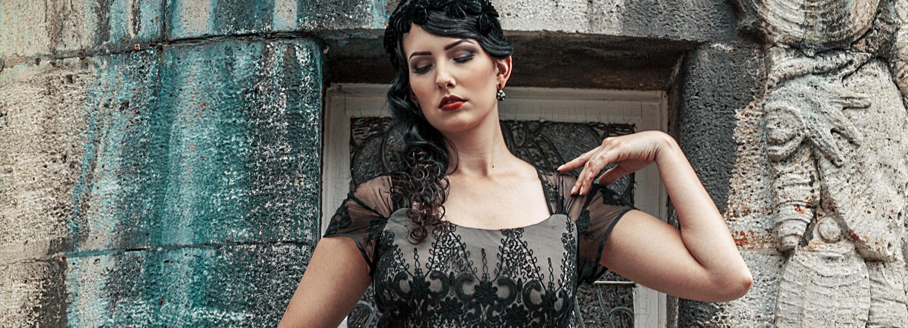 Jetzt wird's glamourös! In einem bodenlangen Vintage-Abendkleid sind Ihnen bewundernde Blicke gewiss. Vor allem die 1920er- und 1930er-Jahre sind berühmt für ihre eleganten, mit Spitze und Perlen besetzten Abendkleider.