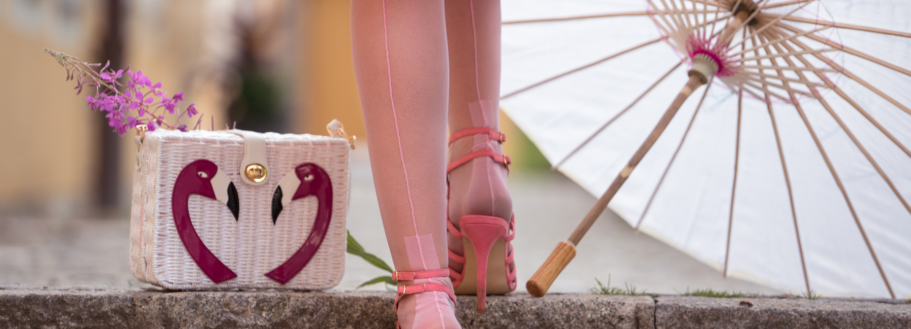 Erst die richtigen Accessoires machen den Vintage-Look perfekt! In unserem Onlineshop finden Sie Retro-Handtaschen im Vintage-Stil, süße Kosmetiktaschen und Rockabilly-Geldbörsen, Pinup- und 50er Jahre Haarschmuck und Gürtel im Retrolook.