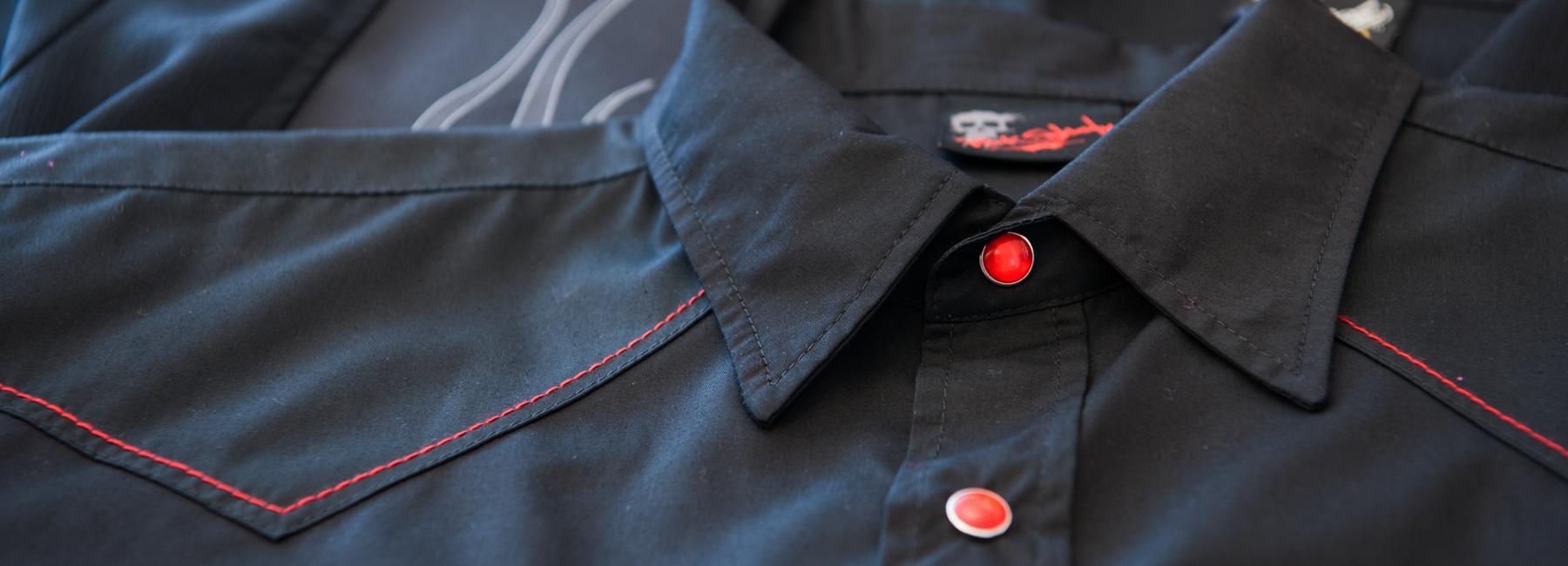 """Inspiriert von """"Grease"""" und anderen Klassikern im 50er Jahre Stil, lassen unsere Bowlinghemden und Westernhemden jeden Mann unheimlich cool dastehen. Ein Hoch auf die Rockabilly-Mode – denn da ist Musik drin!"""