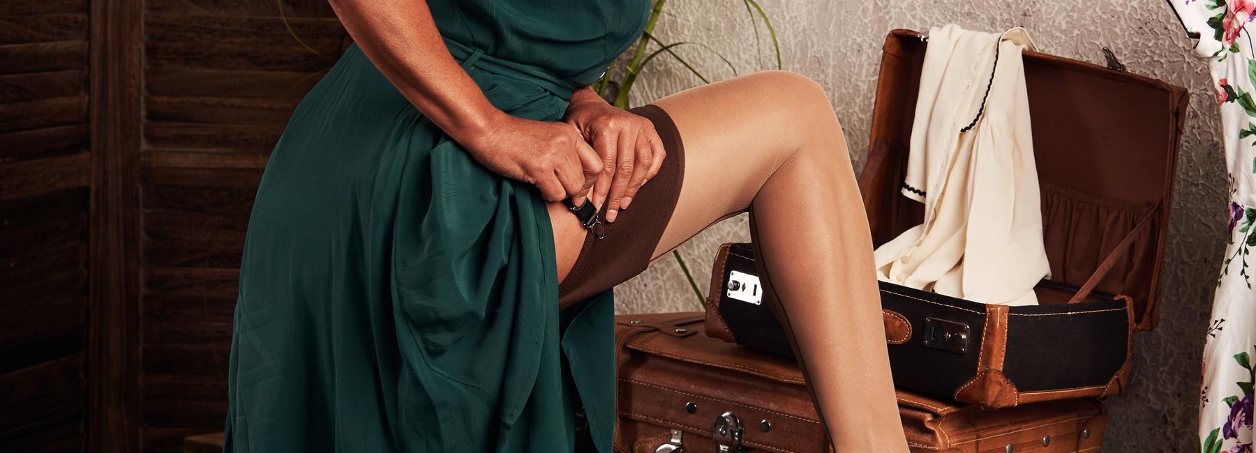 Der vollkommene Vintage-Look erfordert dringend elegante Strümpfe, am liebsten mit klassischer Naht. Sie sind alles von glamourös bis sexy – je nachdem, ob man sie zum Cocktailkleid auf der rauschenden 20er Jahre Party trägt oder zum Rockabilly-Petticoat.